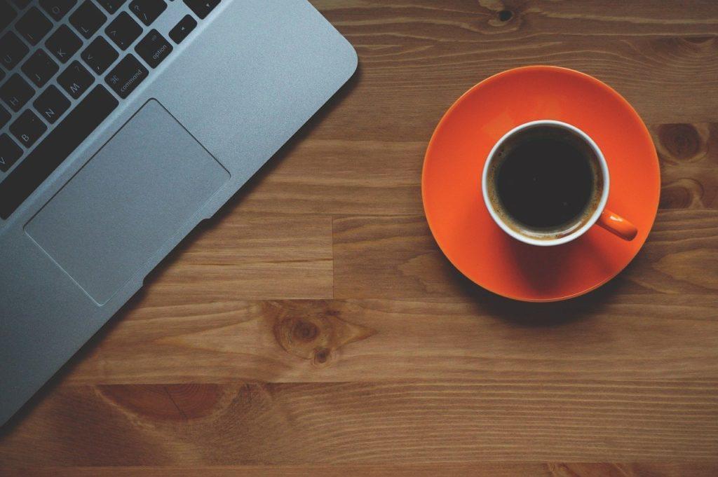 Koffie en laptop. Kom bij ons werken.