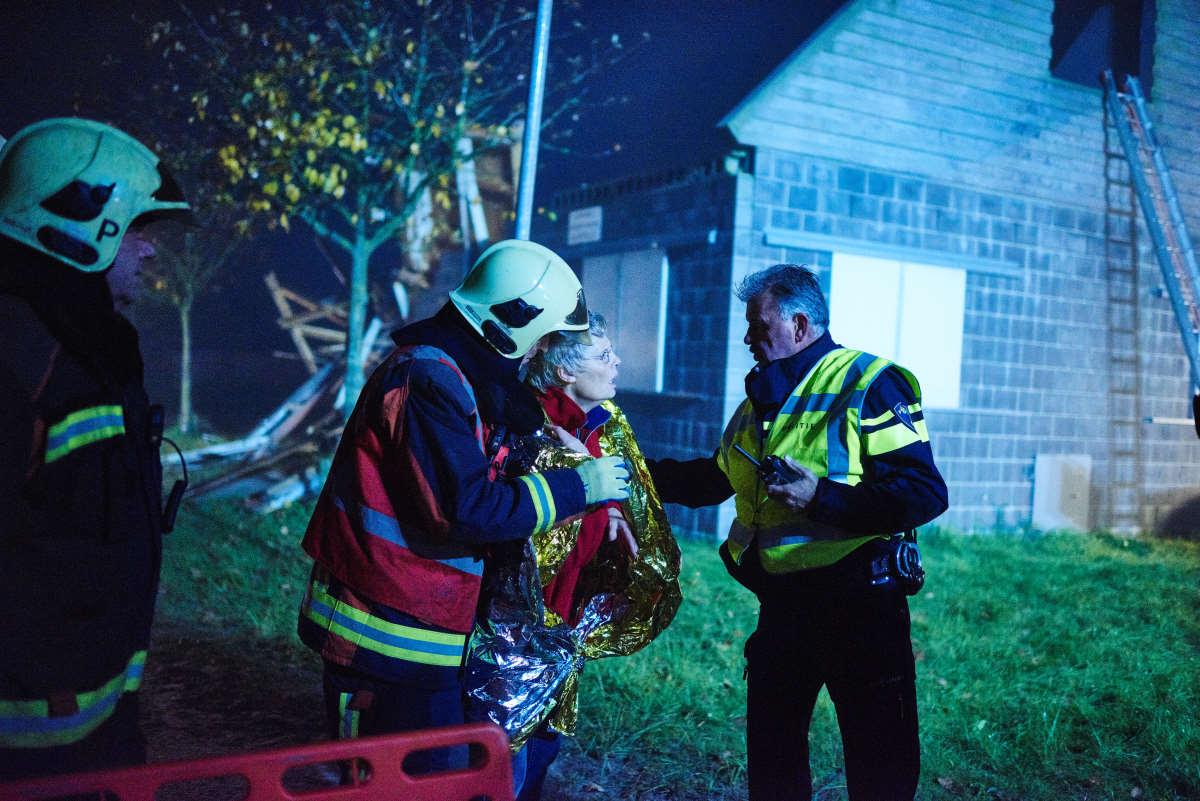 Oefening Alert twee medewerkers op de voorgrond verlenen hulp aan slachtoffer.