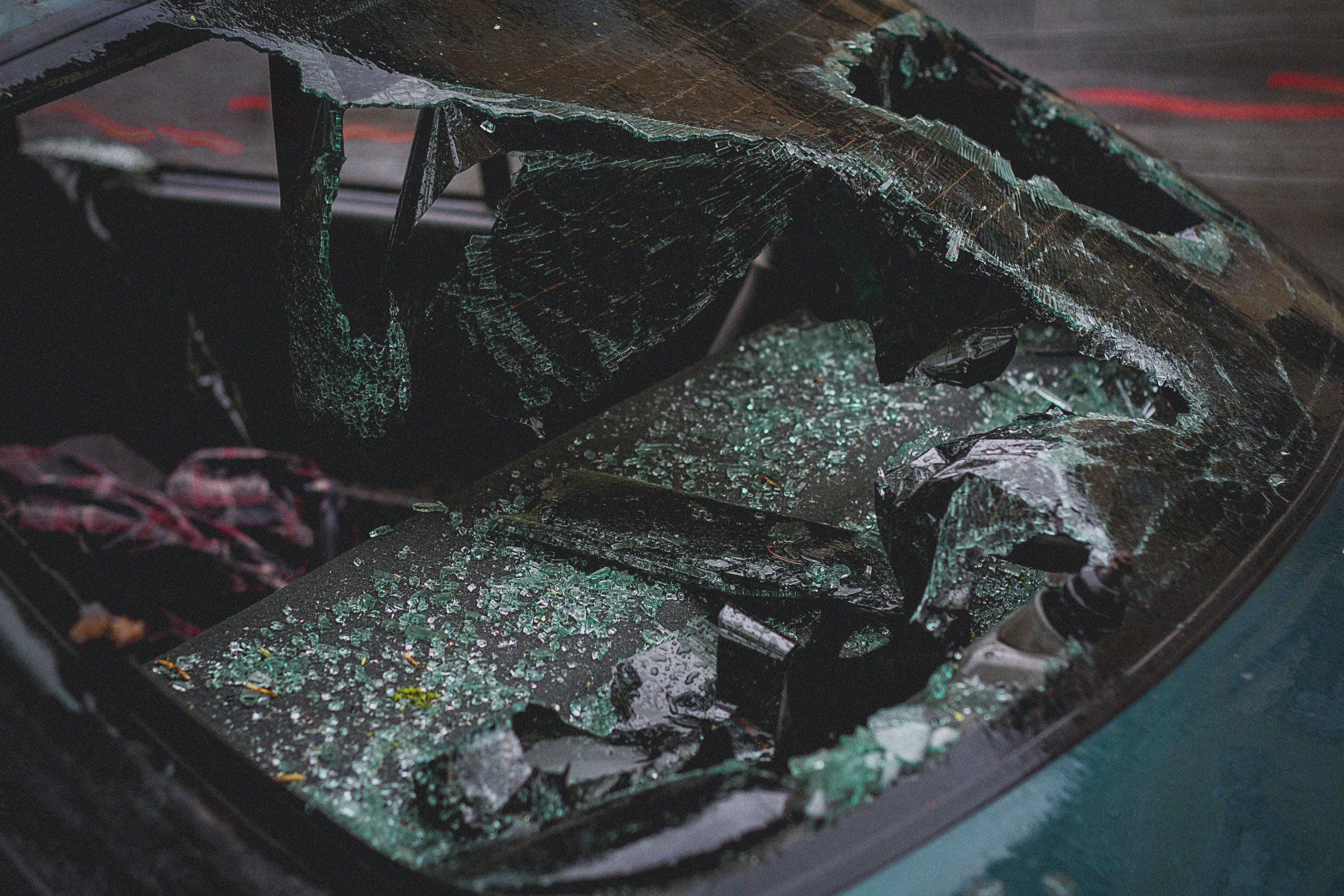 Restanten van een auto na een ongeluk.