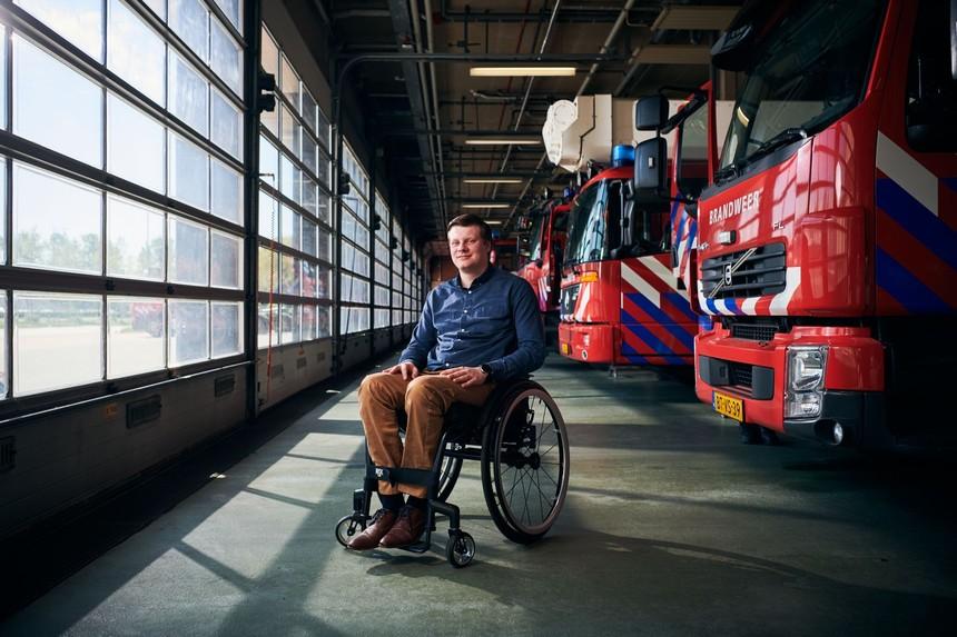 Sidney Ruiter in zijn rolstoel voor de brandweerwagens in Groningen.