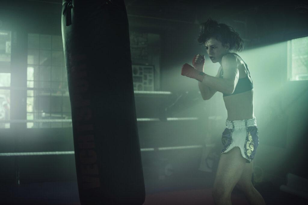 Sarel de Jong slaat een boksbal.
