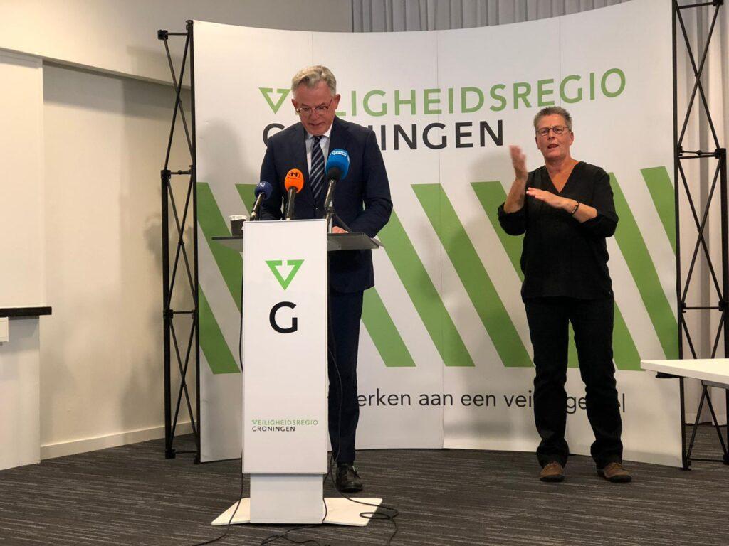Burgemeester Schuiling op de persconferentie over nieuwe maatregelen. Achter hem staat de gebarentolk.