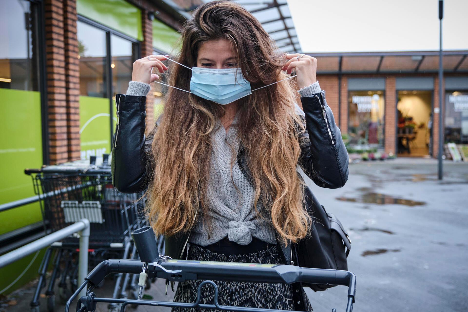 Dagelijks leven: Mondkapje dragen in supermarkt